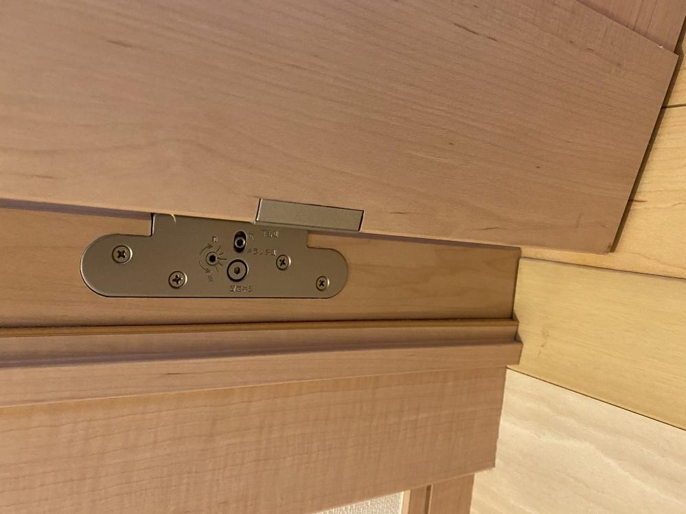 自宅のトイレのドア(下の部分)が枠に擦るようなってきました。 ネットなどで調べる、蝶番のところのネジを調整すれば直るとの事ですが、イマイチどこをいじっていいかわかりません。 写真は実際の蝶番です!どこの部分を調整すればいいのかわかる方いたら教えてください。