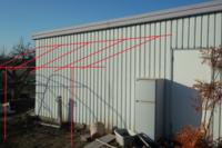 建築関係の方に質問。  画像のように車庫横に屋根をかけたいんですけど、車庫壁側はどうやったらいいモンでしょ? 間口4mで、手前柱からの奥行き1.8mを予定しています。 壁側は柱を立てずに、桁を壁にボルトで固定してしまったら強度的に問題あります?  壁の裏側にはちょうどいい高さの所に75mmのスチール角パイプが通っています。 こいつにL字加工した桁をM8あたりのボルトで固定してしまって、L字部...