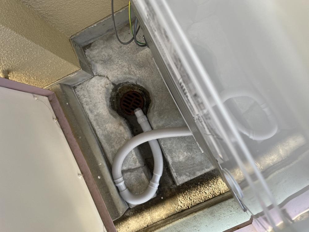 洗濯機の排水について 賃貸アパートで洗濯機がベランダ置きなのですが、設置してもらった際排水は垂れ流しと言われました。そういうものなら仕方がないのですが雨水の溝を通って隣のベランダにまで流れてしまうのが気になります。 後から見たら排水口?の上にホースを乗せているだけだったのでどうにか流れないように工夫できることは無いでしょうか? お互い様ならいいのですが引っ越して5日経って1度も回してる様子...