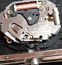 こちらの腕時計のリューズを抜く為の「オシドリ」の穴の箇所をご存じの方がいらっしゃいましたら、どうか教えてください。 宜しくお願い致します。