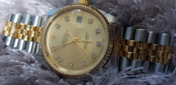この時計は偽物でしょうか?本物でしょうか? また、偽物だとしても内蓋を開けて 曇ってる感じのガラスを綺麗にして使おうと考えてます 偽物でも気にはしておりませんので そのような中傷コメントはやめてください