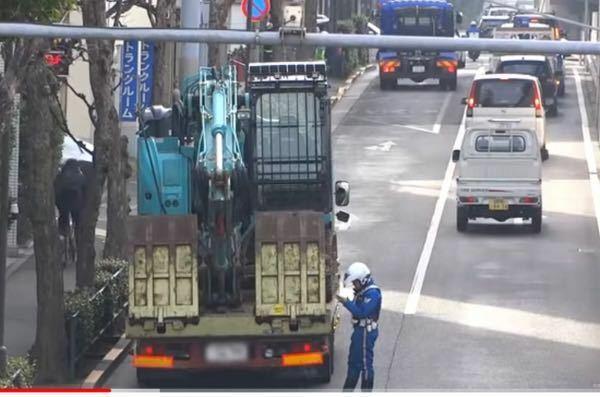 このユンボ積んでいるトラック、積載量を何トンぐらいオーバーしているのでしょうか??