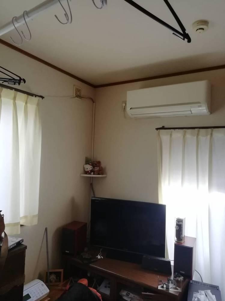 この部屋のこのTVを壁掛けにしようと思っています。 この角が良くて、エアコンが邪魔なんですけど、なにか良いアイデアはありますでしょうか?