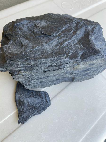 これは、何という石ですか? 黒っぽく、薄く割れやすいです。