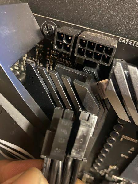 右側の穴にはこの4つのコネクター二つを挿せばいいですか?CPUって書いてあるんですが。CPUって書いてある方はまた二股に分かれててそれはどこに挿せばい以下分かりません。ていらうか、こっちをマザーボードに挿せ ばいいか電源側と逆かどうかも疑問です。どうか分かる方よろしくお願いします。あとこの写真の左側の4つの穴も何を入れたらいいか分かりません。分かる方どうかよろしくお願いしますm(_ _)m✨♪