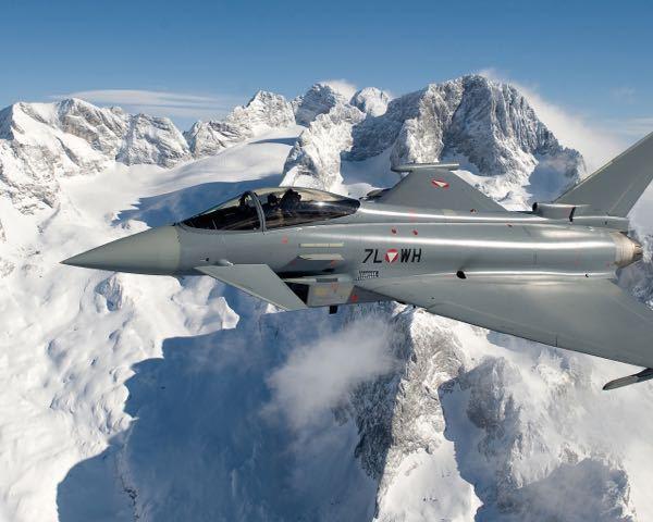 Q1. 戦闘機の「ユーロファイター」の主翼付け根にある穴はどういった目的で開いているのでしょうか? Q2. 機銃はオプションですか? 詳しく解説しているサイトなどがありましたら、教えてください。