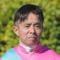 岩田の康ちゃんがまたやらかしましたね!明日の阪神11R代わりに騎乗するの? 岩田康が返し馬で幅寄せ&暴言 あす25日から開催日4日間騎乗停止   24日の阪神6Rで、レース前の返し馬の際にスウィープザボード(5着)に騎乗した岩田康誠騎手(47)=栗東・フリー=が、藤懸貴志騎手(28)=栗東・フリー=騎乗のテイエムマジック(2着)に対してムチで馬をラチ沿いまで幅寄せし、粗暴な発言をしたこと...