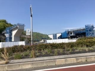 呉市のトウクレ道路の立体交差の工事どうやつて今仮設の台座の上に出来ている橋を橋桁に載せるのですか それとも今作っている橋はそのまま伸ばしていくのでしようか