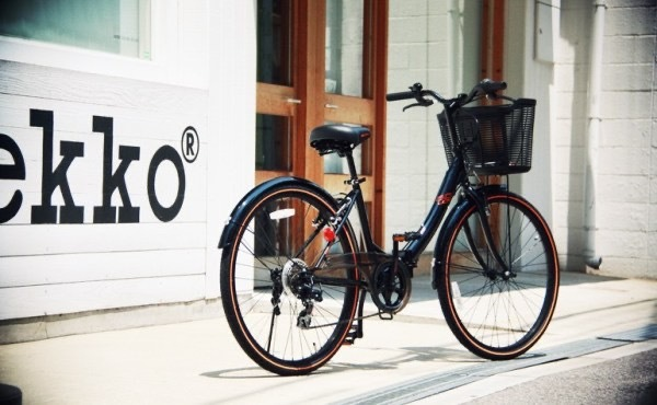 この自転車のメーカーなど詳細を教えていただけないでしょうか? カッコよくてスポーツバイク的なママチャリを探してるのですが、もしオススメありましたらあわせて教えていただけますと幸いです。