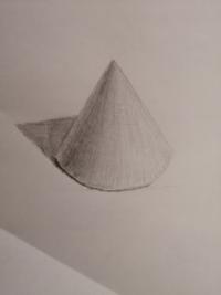 円錐描きました。課題点を教えてください、 形取り丁寧にかいて白っぽく描くことを気を付けたつもりです。