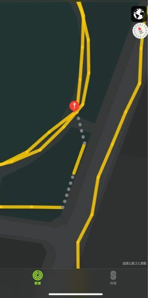 Apple Watchを装着してランニングを始めたのですが、走り終わった後に経路を確認すると、写真のように灰色の〇が点々と付くことがあります。 色は速度によって変わるということはわかるのですが、この灰色の点々がどういう意味かわかる方いらっしゃいましたら教えて下さい。 GPSが不安定な箇所が灰色の点々で表示されていて、その分の距離はカウントされていない。。なんてことはないですよね?>_...