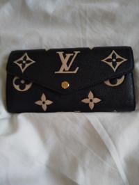 ルイ・ヴィトンのお財布お公式オンラインストアにて購入しました。 届いて開封した所、真ん中の丸いボタンに小傷がありました。見えにくくて申し訳ございません。 元々、一般的に付きやすいものなのでしょうか?...