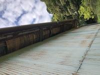 軒天の補修について質問です。 車庫兼物置なのですが、休みの日に屋根と周りを塗装しようと思っていますがこのような状態です。 トタンを剥がして腐食している所を交換した方が良いのでしょうか? 素人でも多少はマシになりますでしょうか?
