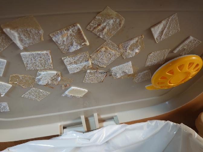 汚い画像注意です!祖父宅のゴミ箱のゴミサワデのシール跡を取る方法はないでしょうか? 蓋付きゴミ箱の裏にこびりつきて、祖父がもう新しく貼る場所がない、と言ってて なんとかしてあげたいです。 蓋は簡単にゴミ箱から外せるので洗うなりはできます。 よろしくお願いします。