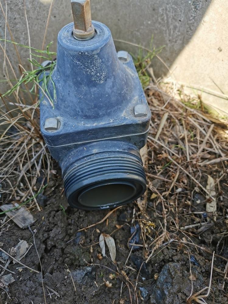 農業用の配管について お世話になります。所有している田んぼにパイプラインが通っています。 パイプラインの水が出る部分とホースを接続して、少し離れた場所で散水用に使用したいのですが、どういう方法が良いでしょうか? 水が出る部分の外側部分の直径は約75mm、穴の直径は約50mmです。 それなりに水圧がかかると思われます。 良い方法があれば、ご教授ください。