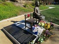 慰安婦像の碑文には、慰安所に関与した全ての国名を記載すべきですか? 組織名も。  . 半年くらい前に似たような質問をしましたが、2択では選択肢が少なすぎるという指摘があったので、5択にしつつ再度質問をさせていただきますね。  韓国系市民団体が韓国内のみならずに、世界各地に慰安婦像(少女像)を建設していっていますよね。 彼ら韓国系市民団体や、それを支持する団体はおおむねこのように語っているよう...