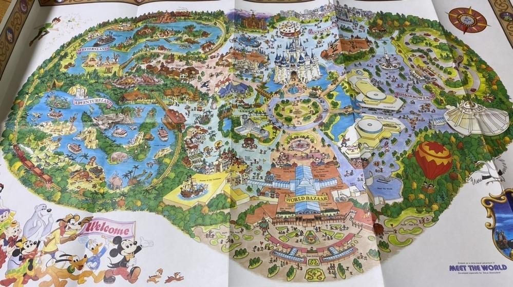 父の書斎から出てきたものです。 1991年以降のディズニーランドマップだと思われるのですが、以前発売されたグッズか記念品なのでしょうか??? ご存知でしたら、いつ頃発売されたものなのか詳細を教えていただきたいです。