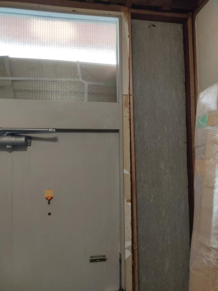 玄関扉交換どうするんですか。雨なので家の中触りましたがちょっと壁取っただけですごいゴミでます。 ベニヤがパリパリミルフィーユのように取れましたが、中のグラスウールは40年前のなのに新品のようです。 ヴェナートどうつけるんですか、玄関欠け部分増築よりこのまま扉取ったらすぐ新しい扉つけられるんですか。 枠の周り45角の木材ぽいのですが、これ取ったら、鉄扉倒れてたてかけてる新品ヴェナートも倒れて凹むんじゃないんですか 2万円出すからだれか施工してほしいです パパ王さんかきよしいないんですか 軽量鉄骨築40年布基礎トタン切妻1/40緩勾配、旧ナショナル住宅R2Aです https://imgur.com/eHw3ASf https://imgur.com/gNMr1wK https://imgur.com/E05nNEO