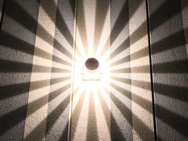建物の外壁にこの照明(名称がわかりません…)を付けるとどのような効果が得られるのでしょうか? 宜しくお願いします。