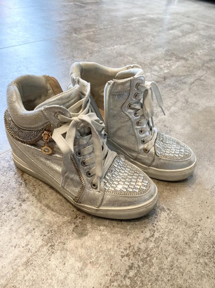 レディースでこの靴を探しています どこかのサイトで購入できないものか わかる方いらしたら教えてください 中敷にMyster....とあります