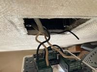 令和3年に二種電気工事士に受かりましたペーパー電気工事士です。免状だけで実務経験はありません。 合格後、家の3灯のスイッチを新しくしようといじったところ、元の配線を記録してなかった為わからなくなっていまいました。  配線は4本、電灯は3つ、スイッチも3つで、電灯の一つは調光器付きでした。  写真にあるように、一つの黒い配線は非接地側の電源線、白配線一つは電灯①、もう一つの白配線は電灯...