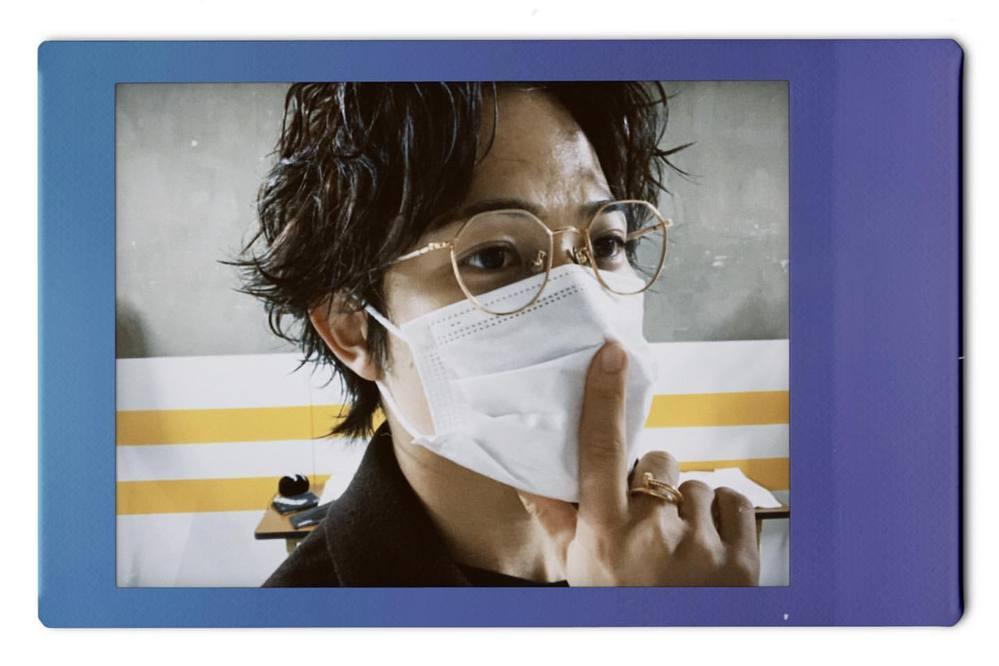 最近THERAMPAGEの岩谷翔吾さんが着用されているゴールドのメガネがどこのブランドかもしくは類似するものは何か知ってる方が居れば教えて欲しいで す(;_;)