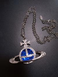 フリマアプリで購入したVivienne Westwoodのネックレスです。 横幅約6.5cmの大きなオーブに青い石が付いています。 この商品は本物ですか?  Vivienne Westwoodに詳しいお方の回答お待ちしております。