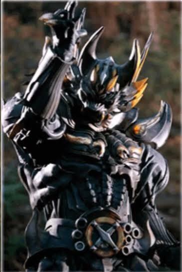 牙狼についての質問 バラゴは暗黒騎士に堕ちる前は称号持ちの魔戒騎士だったのでしょうか? 第一期の回想で明らかにハガネではない鎧を纏ってそのまま心滅獣身したのですが、スピンオフだとバラゴの父は無名の騎士だったらしいのでちょっと矛盾が生じるのですが。 大河に弟子入りして精神的に成長して鎧も称号持ちになっていたんでしょうか? 申し訳ありませんが回答よろしくお願い致します。