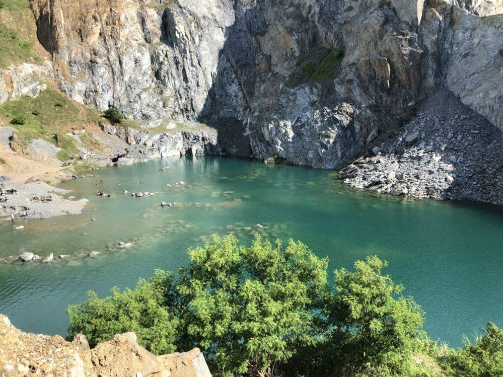 日本に写真のような崖がある湖はありますか?名前やある所を教えてください。