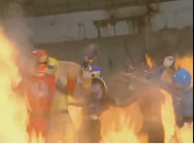 『解放すると見せかけてハリケンブルー・イエローに攻撃を加え、かつ他の3人も含めてキラ・コローネの火炎地獄に苦しめられる地球忍者たち』 数あるアニメや特撮作品の中で「悪者の卑劣な手段によって、主要人物がピンチに陥る場面」と聞き、あなたは何を思い浮かべましたか?