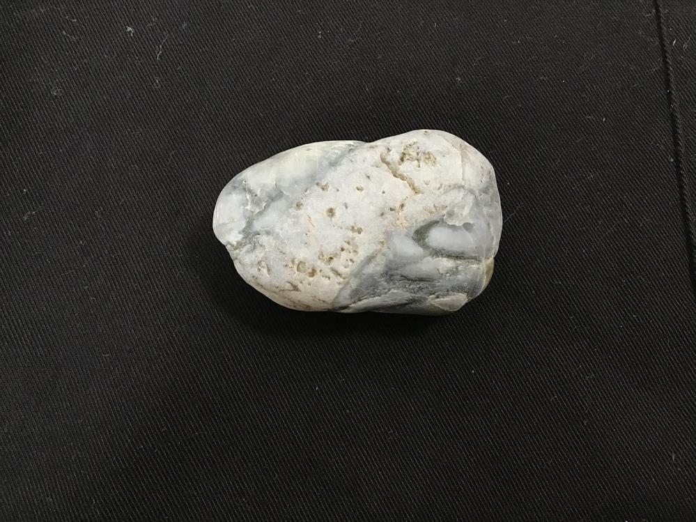 石の名前を教えてください。 兵庫県川西市の猪名川で拾った石です。光は透過せず、小さな穴が空いています。