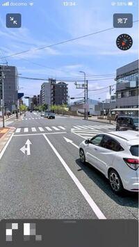直進レーンからの右折についての質問です。 写真のような交差点で、右側にある施設に入るために1番右側の直進車線から交差点を右折することは可能なのでしょうか?  右折の矢印がないのでダメな気がするのですが、右折していく車をたびたび見かけるので質問してみました。