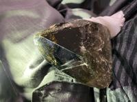 この石ころなんですか? 親戚の家の建て替えで更地を耕していた所出てきました。黒くて透き通っています。大人の握り拳程の大きさです。光を当てると澄んでいるように見えます。昔、親戚宅の周りが鉱山だったようで黒曜石か黒水晶じゃないかな?とも思っていますが普通の石ころでしょうか? 鉱物学や鉱石に詳しい方教えてください。