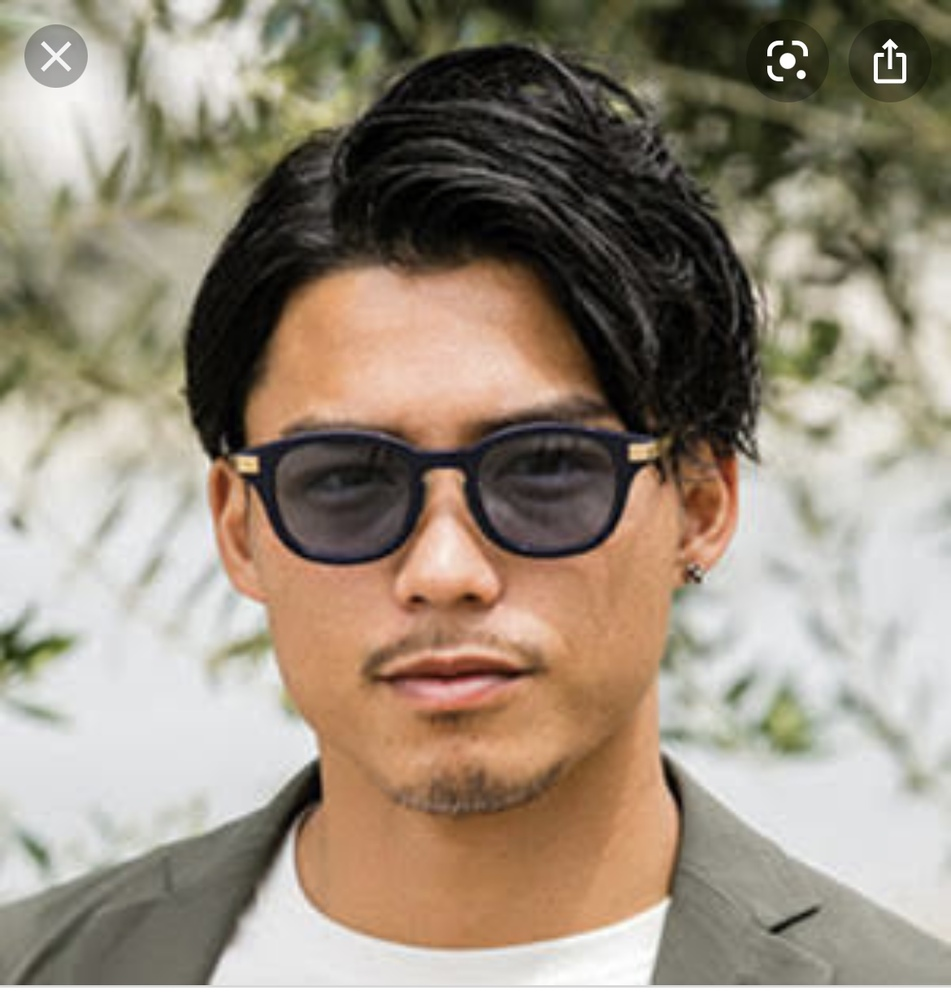 サングラス 画像でモデルさんが着用しているサングラスがどのメーカーの何という型番のサングラスでしょうか。 調べてもわからなかったので、教えていただけると嬉しいです。