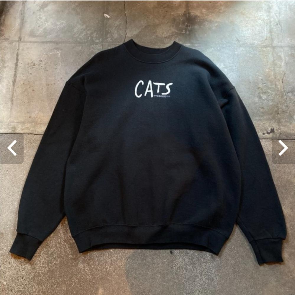 ミュージカル『CATS』のロゴが入った、黒いスウェット(トレーナー?)が売っているお店を教えてほしいです。 都内の古着屋さんのサイトを見ていて一目惚れしたのですが、その時点では売切れでした。メルカリなど見ていると、どうも90年代あたりの古着で、「都内の古着屋さんで買いました」という記述をいくつか見かけたので、売っているお店が複数あるのではと考えております。 古着なので一期一会であることはわかったうえで、心当たるお店がありましたら、教えて下さい。