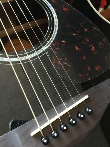 ネットでアコギを買ったのですが、写真の通り1弦と2弦の間の幅だけ異様に狭いです。 これは返品、もしくは他の商品との交換対象になりますでしょうか?