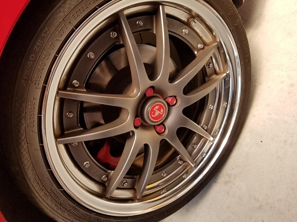 スリーピースホイールのフェイスの外し方についてお願いします。 現在、スリーハンドレッドさんの鍛造スリーピースのホイールを装着しております。 この度、フェイスの部分を塗装したいと考えており、フェイスの外し方についてご教示ください。 タイヤの空気は自前に抜いておくのですか?それとも空気は入れたままで良いのですか? フェイスを外したらシーリングはやり直しになるのでしょうか? すみませんが宜...