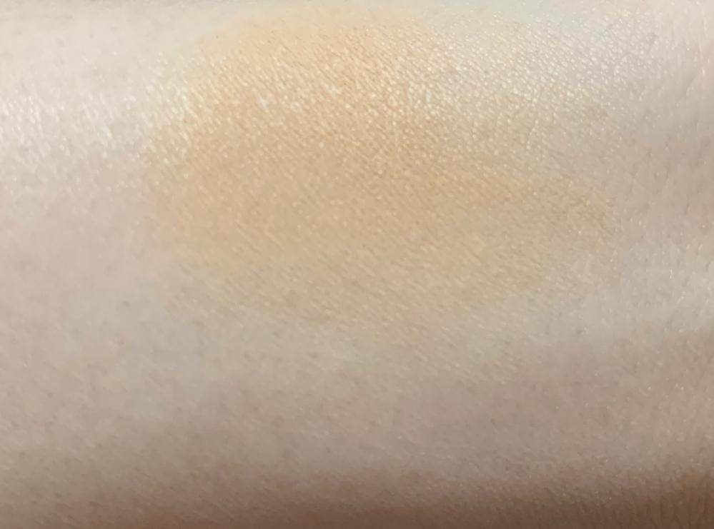 色白で、肌に合うコンシーラが見つかりません。色白でも違和感なく使えるコンシーラとかないでしょうか。 セムとか、色々コンシーラは持って使ってますが、いちばん明るい色でも全然合いません。 ↓腕ですが顔も日焼けしてないので同じくらいの肌の色です。 使ってるコンシーラはセムのいちばん明るい色です。