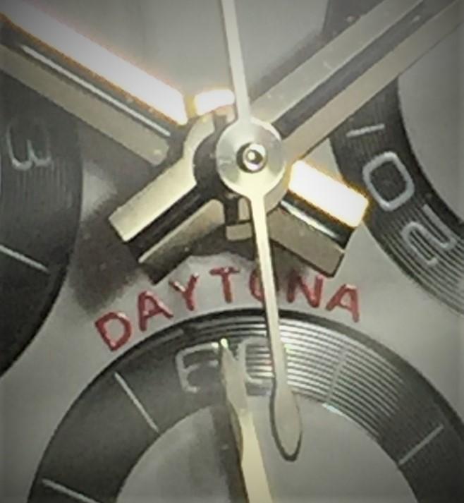 ロレックス デイトナ Ref.116500LN『フローティングダイヤル』 ランダム番となりその時計の年代を知るのは、 ギャランティカードに記載された販売年月となりますが 最近 コミットさんのコラムで デイトナ Ref.116500LN『フローティングダイヤル』の記事を見ました。 https://www.commit-watch.co.jp/column/yt-18/ 早速手持ちの物を確認したところ、 赤いDAYTONAロゴが浮いている『フローディングダイヤル』でしたが 正直、目視では小さすぎて見えずカメラで写しての判断。 ロゴが浮いているのは間違いないですが、角度によって通常ダイヤルに見えます。 実際『フローディングダイヤル』って数は少ないのでしょうか? 又2016年~2017年頃には比較的見られるものでしょうか?