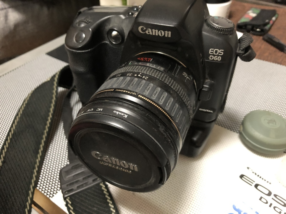断捨離で出て来たカメラです。 Canon EOS D60と書いてあります。 捨てるにももったいないのですが、使う予定もなくて。。。 面倒なので動作確認などは一切せずにフリマサイトなどに出したら少しはお値段付く物なのでしょうか? 充電器?らしいものとカメラバッグがあります。
