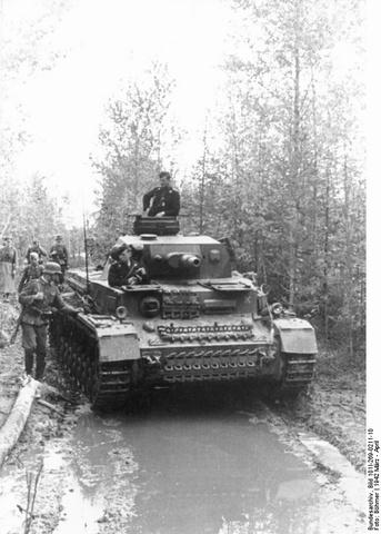 これはバルバロッサの作戦後半の写真です。 作戦後半ということは1度壊滅に追い込まれたソ連軍が力を増強している時期と思われます。 作戦後半、ドイツ軍は戦車部隊の部が悪くなってきたと言われていますが写真のように戦車の活躍は所々あったのでしょうか。 回答お願いします。