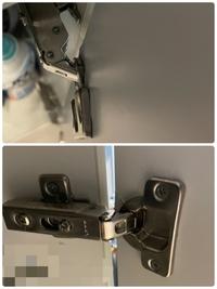 写真のようになってしまった蝶番は自分で直すことが可能ですか? キッチンの下の収納の扉のスライド蝶番?が写真のようになってしまいました。 これを自分で直すことは可能ですか? 無理であればどこに連絡するべきでしょうか。