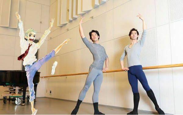 バレエについての質問なのですが右側の男性がタイツの下に靴下のようなものをはいていると思うのですがこれはなんですか?詳しく教えてください。