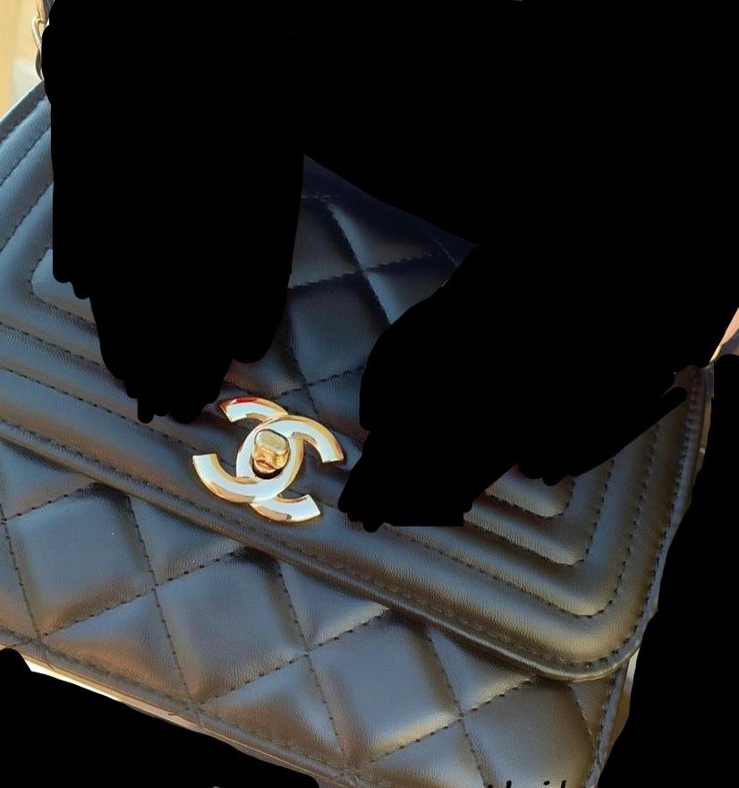 画像のCHANELのバッグは本物ですか? 本物ならば品番などお分かりの方いらっしゃいますか? 画像見づらくてすみません。