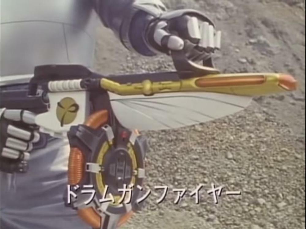 『最強銃ドラムガンナーにディクテイターを合体した形態・ドラムガンファイヤー』 数ある特撮作品に登場する「既存の武器に新型の武器を合体させて完成する大型銃タイプの武器」の中で、あなたが好きなものは何ですか?