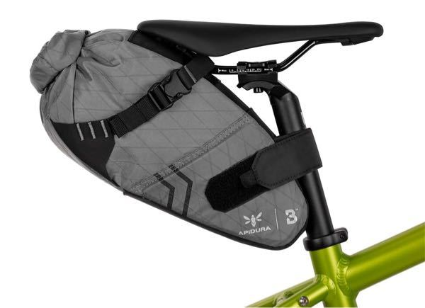 ロードバイクについて質問です! ノースフェイスの1番メジャーなタイプのバッグを使っているのですが、 それを画像のようにサドルの後ろにつけることはできるでしょうか? 暑すぎてやばいです!