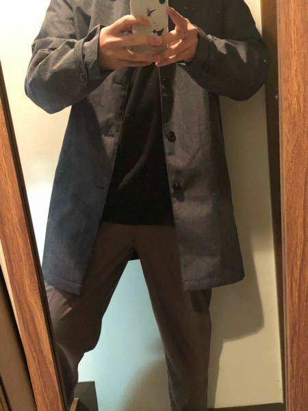 大学生です。 写真の服変ではありませんか?? 変でありましたら改善点お願いします。ズボン変えろとか