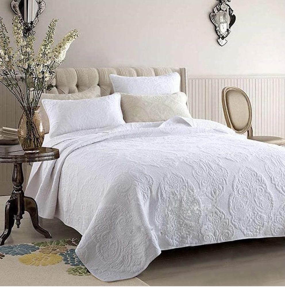 【夏の寝具について】 写真のようなキルトカバーですが、海外の寝室インテリアで、掛け布団の上に使われているのを良く見かけます。(ベッドスプレッドと言うのでしょうか?) これを夏の掛け布団として使う...