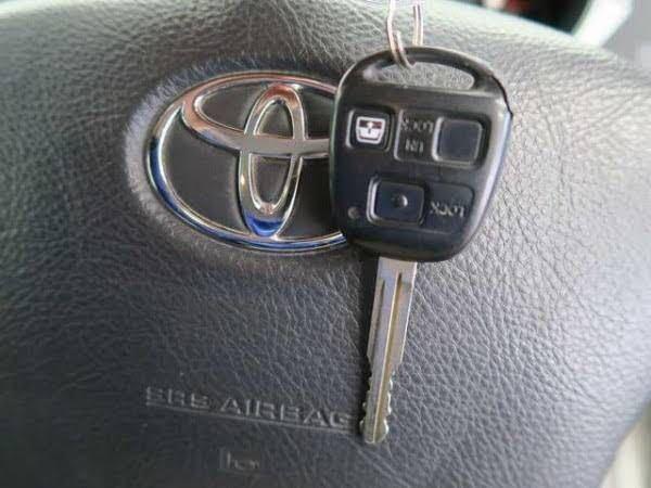 車の鍵のキーケース購入について質問があります。 ハイラックスサーフに乗っています。約15年前の車のためスマートキーではなくキーレスキー?になります。キーケースにいれて保管をしたいと思っていますが...