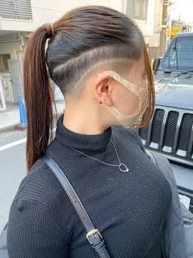 今、ローソンとスーパーでバイトをしているんですが、髪型をスキンフェードにしたいんですが、いけると思いますか? どちらも髪の毛をくくります。
